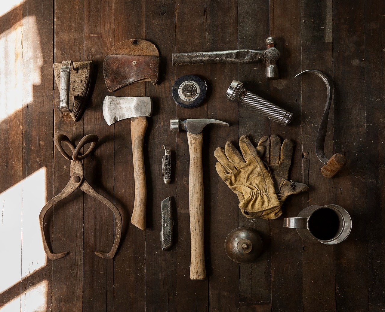 Työkalut vanhalla pöydällä. Kuva pixabay.